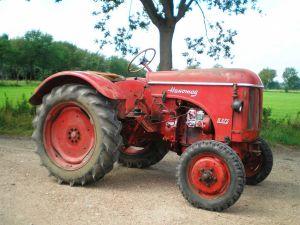 Hanomag R425, bouwjaar 1959, 2 cilinder 4 takt, vermogen 19 pk. De R425 is de exportuitvoering van de R217E, (hoezo logica in de nummering), welke de opvolger is van de R19.