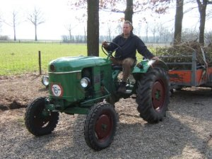 """Deutz D15, bouwjaar 1959, 15 pk. Originele Groesbeekse tractor. Deze tractor is nieuw gekocht door Piet Albers en na een paar jaar verkocht via """"Jan de Smid"""" aan Hendrik Schoenmakers """"de'n bere- kel"""".Deze man ging vroeger met de beer rond om de varkens van collega varkenshouders te dekken. Jan Schoenmakers die het bedrijf van zijn vader overnam heeft deze trekker rond 1980 ingeruild en is toen in eigendom gekomen van mij.( mijn eerste trekker) Tractor is compleet met twee-delige Panter ploeg."""